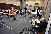 Nederland, Ubbergen, 15-5-2012Eindexamen Nederlands HAVO. Leerlingen, kandidaten, betreden de gymzaal waar het centraal schriftelijk examen, cse, wordt afgenomen. Een surveillant zet nog even de klok, tijd, gelijk.Foto: Flip Franssen/Hollandse Hoogte