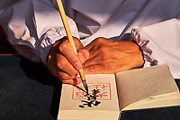 Japon, île de Honshu, région de Kansaï, Kyoto, Arashiyama, temple de Fushimi Inari-taisha, sanctuaire Shinto, calligraphe // Japan, Honshu island, Kansai region, Kyoto, Arashiyama, Fushimi Inari-taisha Temple, Shinto sanctuary, calligrapher