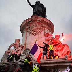 Manifestants gilets jaunes  harranguant la foule depuis le monument à la République recouvert de banderoles revendicatives et de drapeaux dans le cadre de l'acte 12 des manifestations de gilets jaunes le 2 février 2019.  Dispositif de sécurisation constitué de forces de police et de gendarmerie (Escadrons de Gendarmerie Mobile et Compagnies Républicaines de Sécurité).