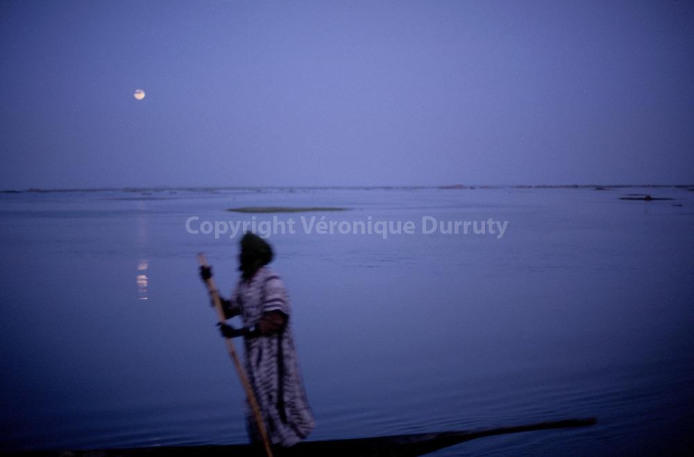 NON LOIN DE TOMBOUCTOU<br /> <br /> Near Timbuktu, Mali // PINASSE SUR LE FLEUVE NIGER VERS TOMBOUCTOU, MALI