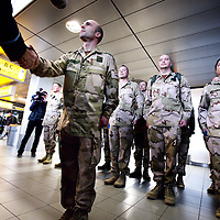 Nederland, Amsterdam Schiphol , 6 januari 2014.<br /> De eerste Nederlandse militairen vertrekken op maandag 6 januari vanaf Amsterdam Airport Schiphol naar Mali. Deze militairen, voornamelijk genisten en kwartiermakers, zullen de komst voorbereiden van de hoofdmacht, die naar verwachting in maart naar Mali vertrekt om te worden ingezet voor de United Nations Multidimensional Integrated Stabilisation Mission (MINUSMA). 