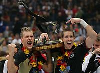 Håndball<br /> VM Tyskland<br /> 04.02.07<br /> Finale <br /> Tyskland - Polen<br /> Lars Kaufmann , Oliver Roggisch Deutschland mit WM-Pokal<br /> Tyskland Verdensmester<br /> DIGITALSPORT / NORWAY ONLY