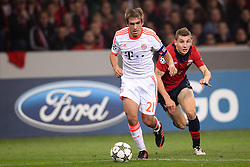 23.10.2012, Grand Stade Lille Metropole, Lille, OSC Lille vs FC Bayern Muenchen, im Bild Philipp LAHM (FC Bayern Muenchen - 21) entwischt Lucas DIGNE (OSC Lille - 03) // during UEFA Championsleague Match between Lille OSC and FC Bayern Munich at the Grand Stade Lille Metropole, Lille, France on 2012/10/23. EXPA Pictures © 2012, PhotoCredit: EXPA/ Eibner/ Ben Majerus..***** ATTENTION - OUT OF GER *****