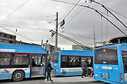 Nederland, the Netherlands, Arnhem, 2-11-2017Het nieuwe station van de gelderse hoofdstad met de ov terminal met parkeergarage en fietsenstalling. Op het stationsplein liggen bushaltes voor de trolleybussen. De ingewikkelde architectuur heeft het bouwproject veel problemen en vertraging opgeleverd. Het elektrische trolley busnet is karakteristiek voor Arnhem, schoon maar gevoelig voor storingen..FOTO: FLIP FRANSSEN