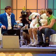 NLD/Hilversum/20070302 - 8e Live uitzending SBS Sterrendansen op het IJs 2007, Sita Vermeulen en schaatspartner Slawomir Borowiecki op de bank bij Gerard Joling