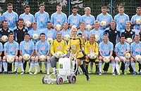 2. Fussball Bundesliga :  Saison   2009/2010   18.08..2009 Fototermin bei TSV 1860 Muenchen  Teamfoto mit  Rasenmakierung