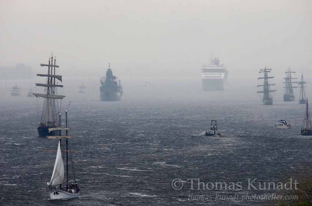 EUROPA 2 taucht am Horizont auf zur Einlaufparade des 824. Hamburger Hafengeburtstages am 9.5. 2013. Umringt von Traditionsseglern und der Fregatte SACHSEN. Ein kurzer Regenschauer sorgt für den silbernen Schimmer.