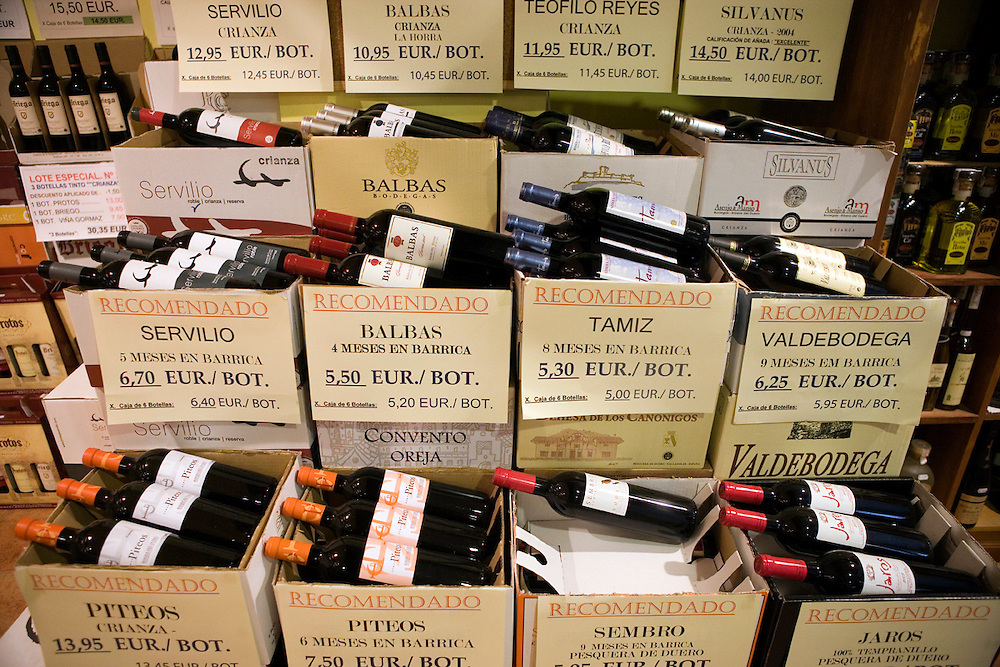 Ribera del Duero wine for sale in a wine shop.<br /> <br /> Botellas de Ribera del Duero a la venta en una tienda especializada.