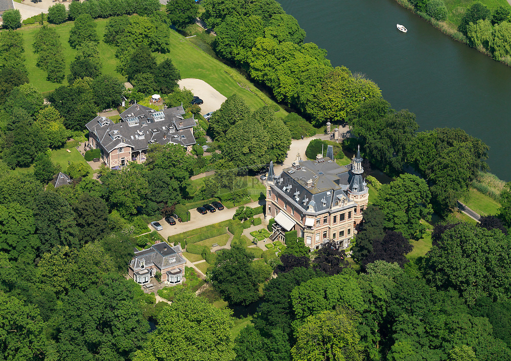 Buitenplaats Zwaanwijck is een in neorenaissancestijl gebouwde landhuis, en staat met zijn voorzijde naar de rivier gekeerd. De buitenplaats is nu opgedeeld in appartementen