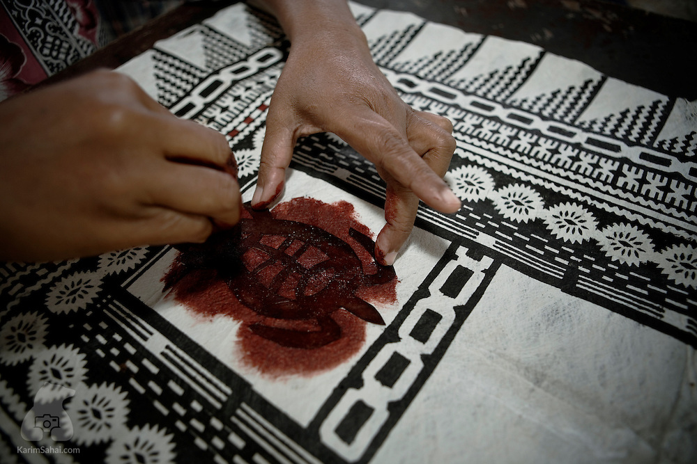 An artists paints traditional motifs on a 'tapa' cloth at the Koromakawa village, Viti Levu island, Fiji.<br /> <br /> Traditional tapa techniques use natural pigments and mulberry bark. Tapa-making is traditionally carried out by women. Tapa is an art form found in several islands of the South Pacific.