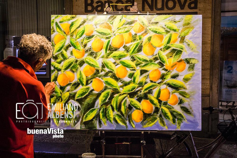 Favignana, Sicilia, Italia, 2016<br /> Artista di strada a Favignana.<br /> <br /> Favignana, Sicily, Italy, 2016<br /> Street artist in Favignana, Aegadian Islands.