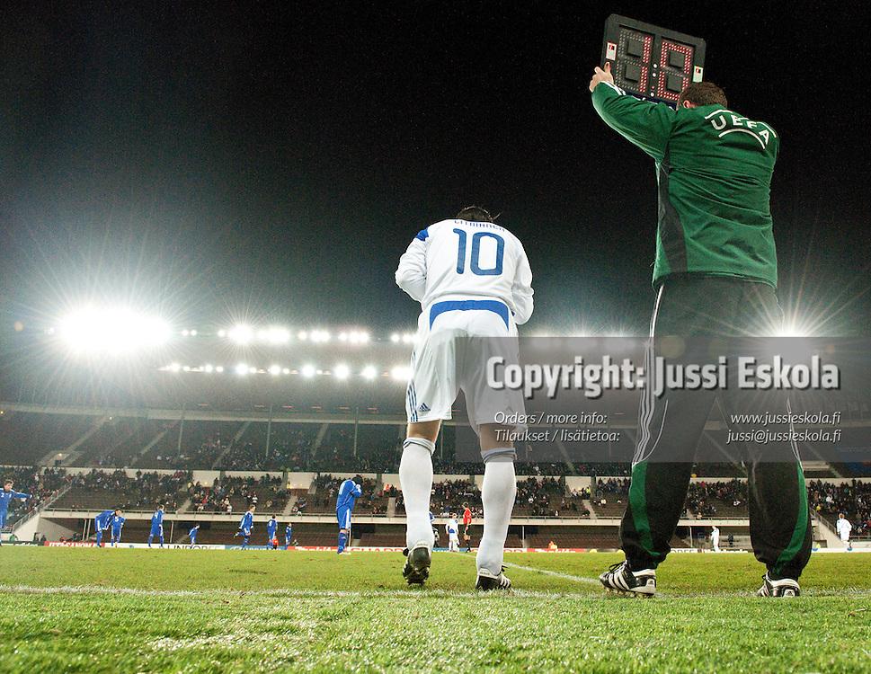 Jari Litmanen tulossa kentälle. Suomi - San Marino. EM-karsintaottelu. Helsinki 17.11.2010. Photo: Jussi Eskola