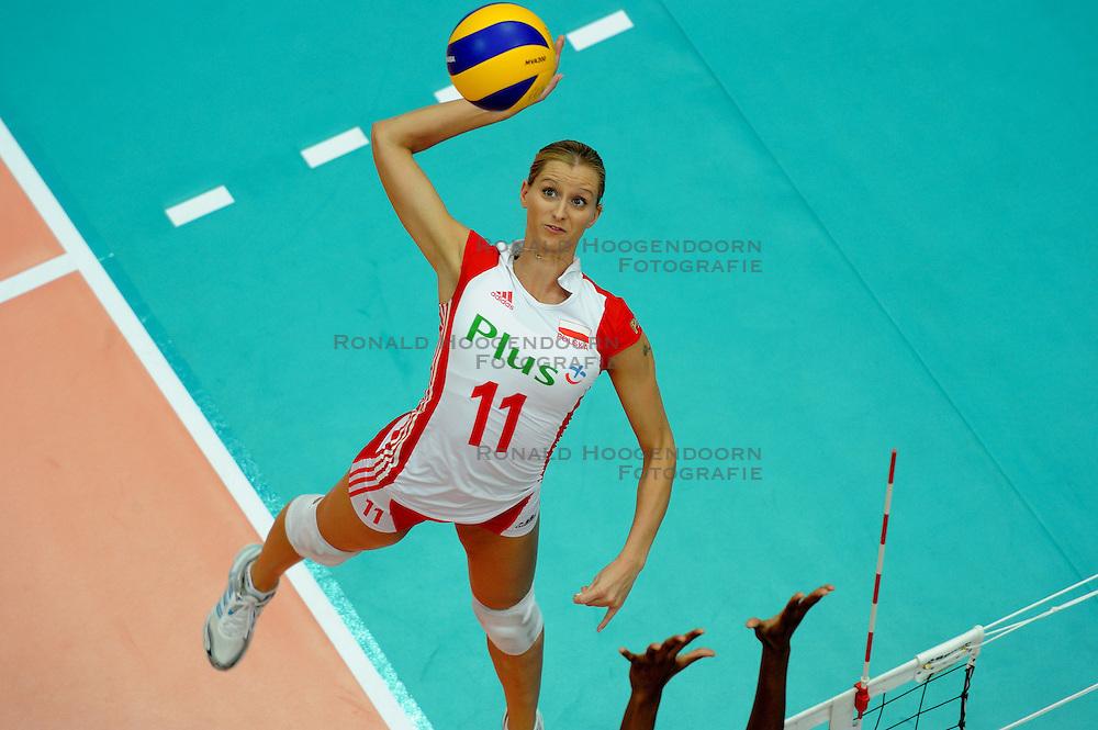 25-08-2010 VOLLEYBAL: WGP FINAL USA - POLAND: BEILUN NINGBO<br /> Anna Baranska (Poland) reaches for the ball in the air<br /> &copy;2010-WWW.FOTOHOOGENDOORN.NL