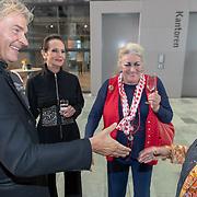 NLD/Hilversum/20181003 - Onthulling Mies Bouwman Totempaal, Matthijs van Nieuwkerk met Ans Markus en Martha Rö;ing