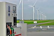 Nederland, Zeewolde, 23-10-2014Nieuwe, moderne, windmolens van Vattenfall in het windpark Prinses Alexia. De nieuwe windturbines zijn gebouwd door Nuon in de Zuidlob. Vlakbij staat een pompstation, benzinepomp, van Avia, tegenstelling duurzame en vervuilende fossiele energie.Foto: Flip Franssen/Hollandse Hoogte
