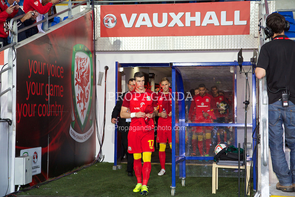 CARDIFF, WALES - Tuesday, September 10, 2013: Wales' substitute Gareth Bale walks out before the 2014 FIFA World Cup Brazil Qualifying Group A match against Serbia at the Cardiff CIty Stadium. (Pic by David Rawcliffe/Propaganda)