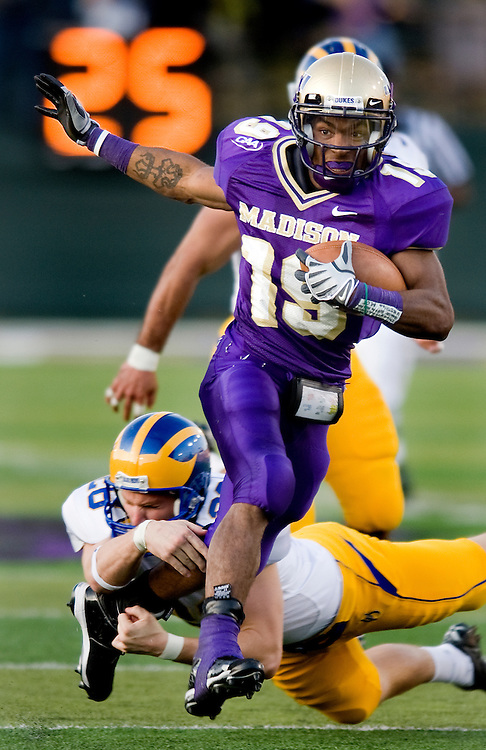 11/01/08-(Harrisonburg).James Madison cornerback Scotty McGee eludes a defender on his way to a 64-yard punt return for a touchdown near the end of the third quarter to put the Dukes up 34-0 over Delaware.  JMU won the game 41-7..(Pete Marovich/Daily News-Record)