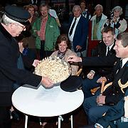 Huizerdag 1998 Huizen, uitdelen Huizer kaas