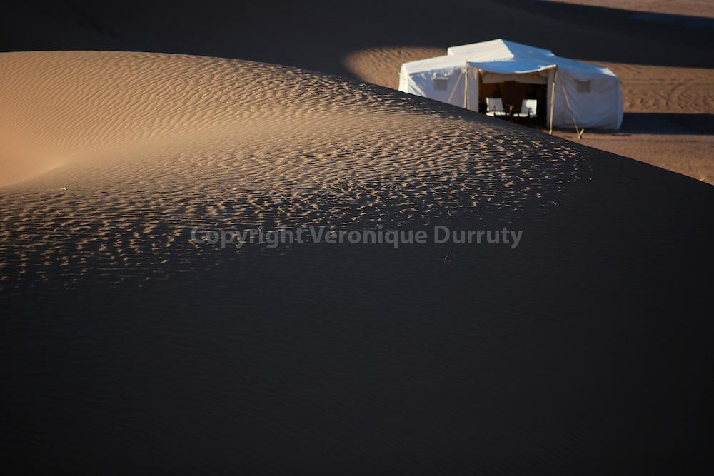 """Hotels """"Maisons des rêves"""" : détail de décoration de la tente du campement dans le desert du Sud Maroc // """"Maisons des rêves"""" : luxury tent in the desert, Morocco"""