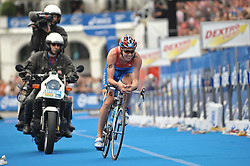 17.07.2010, Hamburg, GER, Triathlon, Dextro Energy Triathlon ITU World Championship, Elite Maenner,  im Bild Denis Vasiliev (RUS) fuerhrt waehrend dem Schwimmen und dem Radfahren das Feld an.EXPA Pictures © 2010, PhotoCredit: EXPA/ nph/  Witke+++++ ATTENTION - OUT OF GER +++++ / SPORTIDA PHOTO AGENCY