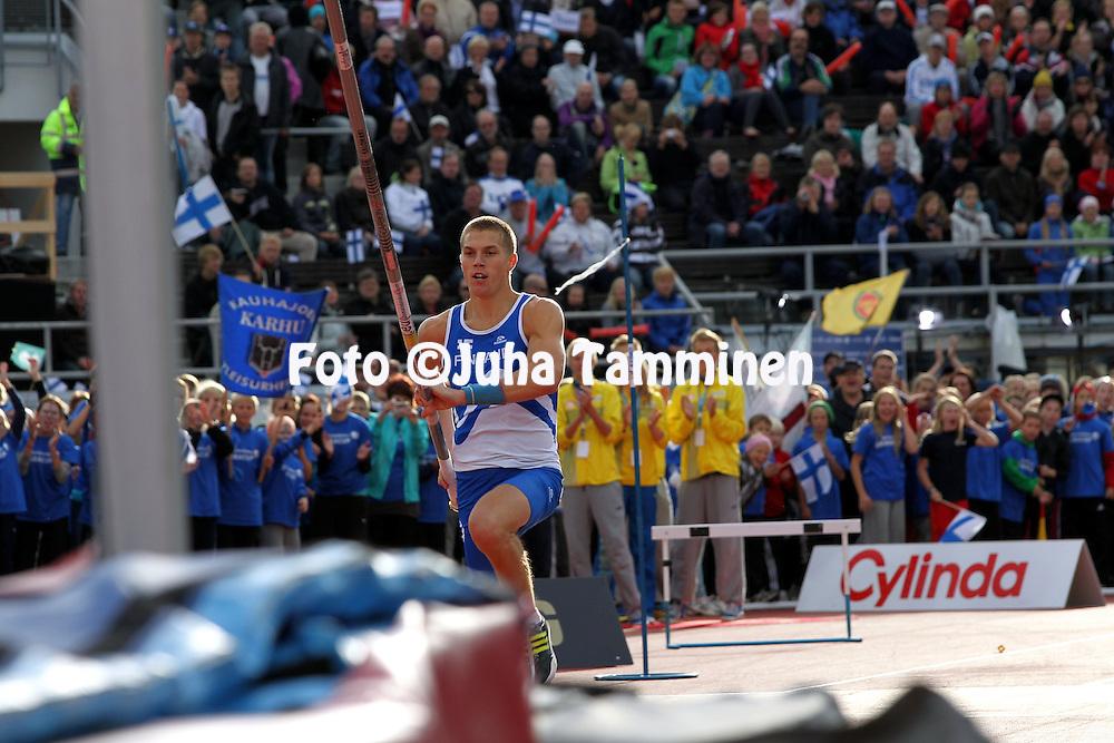 28.08.2010, Olympiastadion, Helsinki..Suomi - Ruotsi yleisurheilumaaottelu. Miesten seivshyppy..Eemeli Salomki - Suomi.
