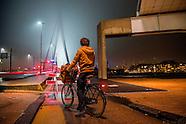 Afzettingen bij de Erasmusbrug. De brug werd afgesloten omdat er grote stukken ijs op het wegdek val