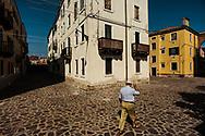 Resistenza allo spopolamento. Complesso di vecchie case popolari alla Giudecca. In questo complesso convivono pacificamente gli abitanti regolari, di solito anziani, e i nuovi occupanti, che hanno contribuito al risanamento delle aree condivise.