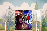 """3 Dicembre 2008. New York, NY. L'uscita da """"Santaland"""" (il paese di Babbo Natale) all'ottavo piano del negozio Macy's. Dietro la porta si trova un'impiegata del negozio vestita da elfo. Ogni anno le strade e i negozi di New York City sfoggiano decorazioni natalizie che attraggono turisti da tutto il mondo.<br /> ©2008 Gianni Cipriano per Io Donna / Corriere della Sera<br /> cell. +1 646 465 2168 (USA)<br /> cell. +1 328 567 7923 (Italy)<br /> gianni@giannicipriano.com<br /> www.giannicipriano.com"""
