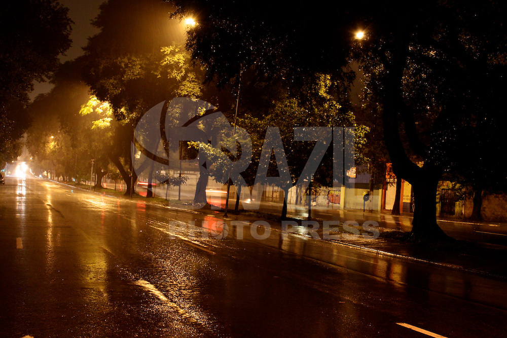 SÃO PAULO, 20 de JUNHO, 2012 - CLIMA TEMPO - Madrugada fria e com chuva marca a chegada do inverno na Capital paulista, nessa quarta-feira(20) - FOTO LOLA OLIVEIRA/BRAZIL PHOTO PRESS