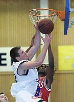 Basket - KB Tigers - Centrum Tigers - David Brunch, Pirats vinnner duell mot Dontay Harris, Tigers. 25. januar 2002. (Foto: Andreas Fadum, Digitalsport)