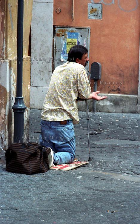 Roma  .Un uomo chiede L'elemosina in via del Leoncino. A man begging in via del Leoncino..
