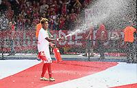 FUSSBALL  DFB POKAL FINALE  SAISON 2015/2016 in Berlin FC Bayern Muenchen - Borussia Dortmund         21.05.2016 David Alaba (FC Bayern Muenchen) feiert den Pokalsieg mit einem Feuerloescher