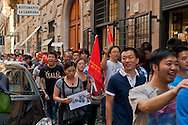 Roma 18 Settembre 2012.La comunità cinese in Italia  a protestato a Roma  contro il  Giappone ,per la sovranità delle isole Diaoyu (noto anche come Isole Senkaku) , in occasione dell'anniversario dell'invasione giapponese della Manciuria. Manifestanti cinesi fermati dalla polizia vicino all'ambasciata Giapponese.The Chinese community in Italy in Rome to protest against Japan over the sovereignty of the Diaoyu Islands (known as Senkaku Islands), on the anniversary of the Japanese invasion of Manchuria.Chinese protesters stopped by the police near Japanese Embassy