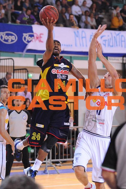 DESCRIZIONE : Bologna Lega Basket A2 2011-12 Conad Bologna Sigma Barcellona<br /> GIOCATORE : JamesOn Curry<br /> CATEGORIA : tiro<br /> SQUADRA : Sigma Barcellona<br /> EVENTO : Campionato Lega A2 2011-2012<br /> GARA : Conad Bologna Sigma Barcellona<br /> DATA : 05/05/2012<br /> SPORT : Pallacanestro<br /> AUTORE : Agenzia Ciamillo-Castoria/M.Marchi<br /> Galleria : Lega Basket A2 2011-2012 <br /> Fotonotizia : Bologna Lega Basket A2 2011-12 Conad Bologna Sigma Barcellona<br /> Predefinita :