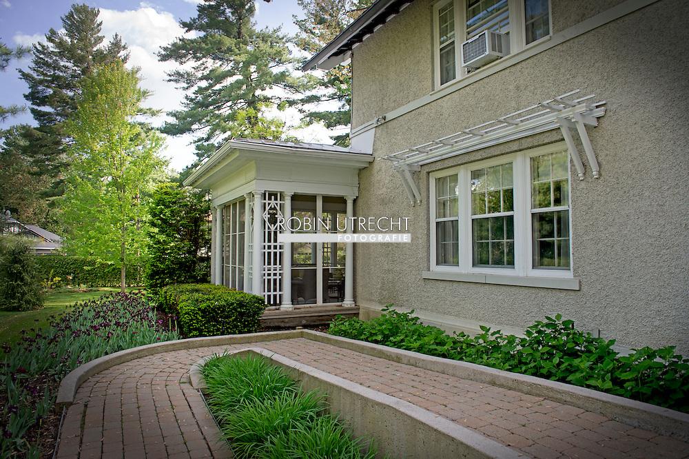 OTTAWA - Zo is prinses Juliana met haar kinderen er zomer 1940 neergestreken. Zij woont met haar dochters Beatrix en Irene in een mooie villa in de voorstad Rockcliffe Park. Recent is zij naar een groter huis, Stornoway, verhuisd. Zij heeft er een rustig bestaan met de kinderen. Prins Bernhard bezoekt zijn gezin af en toe. het huis in Ottawa . COPYRIGHT ROBIN UTRECHT