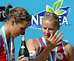 27-08-2006: VOLLEYBAL: NESTEA EUROPEAN CHAMPIONSHIP BEACHVOLLEYBALL: SCHEVENINGEN<br /> Rebekka Kadijk en Merel Mooren pakken de zilveren medaille op het EK<br /> &copy;2006-WWW.FOTOHOOGENDOORN.NL
