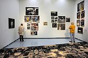 Nederland, Nijmegen, 26-9-2010Openingsdag in het Valkhof museum van de overzichtstentoonstelling van modern kunstenaar Berend Strik. Strik werkt met fotografie en textiel. Hij naait en borduurt op de foto of met de foto als uitgangspunt.Foto: Flip Franssen/Hollandse Hoogte