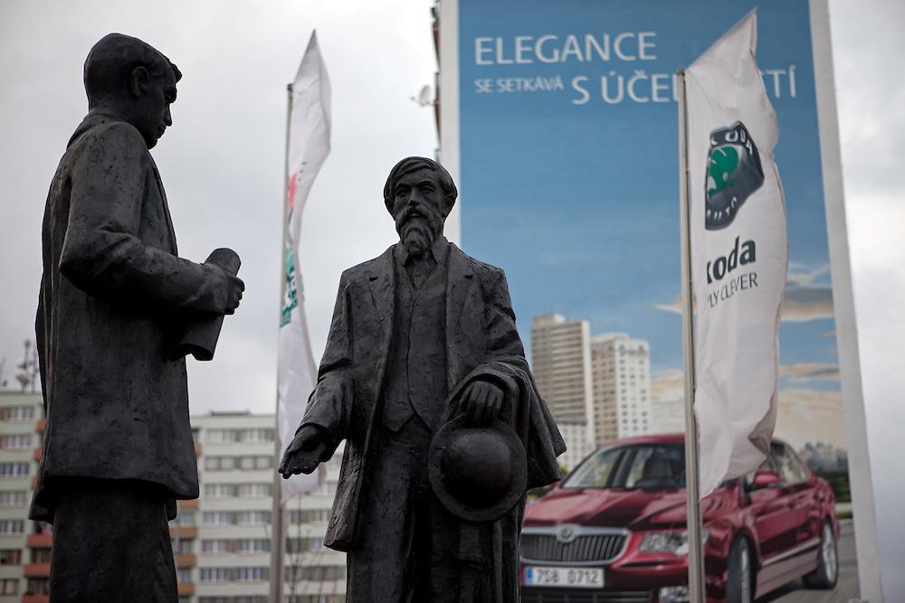 Die Skulpturen von den Skoda Gruendern Vaclav Klement und Vaclav Laurin vor dem Skoda Automuseum in Mlada Boleslav. Im Hintergrund Werbung fuer den neuen Skoda Superb. Mlada Boleslav liegt noerdlich von Prag und ist ungefaehr 60 Kilometer von der tschechischen Haupstadt entfernt. Skoda Auto beschäftigt in Tschechien 23.976 Mitarbeiter (Stand 2006), den Grossteil davon in der Zentrale in Mlada Boleslav. Damit sind mehr als 3/4 aller Erwerbstätigen der Stadt in dem Automobilkonzern tätig.<br /> <br />                                      Skoda founders Vaclav Laurin and Vaclav Klement infront of a bigboard commercial for the Skoda Superb at a panel house close to the Skoda factory in the city of Mlada Boleslav. The city is located north of Prague and about 60 km away from the Czech capital. Skoda Auto has about 23.976 employees (2006) in Czech Republic and a big part of them is working in Mlada Boleslav. 3/4 of the working population in Mlada Boleslav is working for the Skoda Auto company.