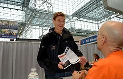 01-01-2013 ALGEMEEN: BVDGF NY MARATHON: NEW YORK <br /> Lange rijen in het Health and Fitness EXPO center voor het ophalen van de startnummers / Bas<br /> ©2013-WWW.FOTOHOOGENDOORN.NL 01-01-2013 ALGEMEEN: BVDGF NY MARATHON: NEW YORK