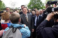 12 MAY 2004, LUDWIGSFELDE/GERMANY:<br /> Gerhard Schroeder, SPD, Bundeskanzler, schuettelt Schuelern die Hand, waehrend einem spontanen Rundgang ueber den Schulhof, Besuch der Gesamtschule Ludwigsfelde<br /> Gerhard Schroeder, Federal Chancellor, is visiting a school near Berlin<br /> IMAGE: 20040512-02-025<br /> KEYWORDS: Gerhard Schröder, Schule, Schüler, pupil, pupils,
