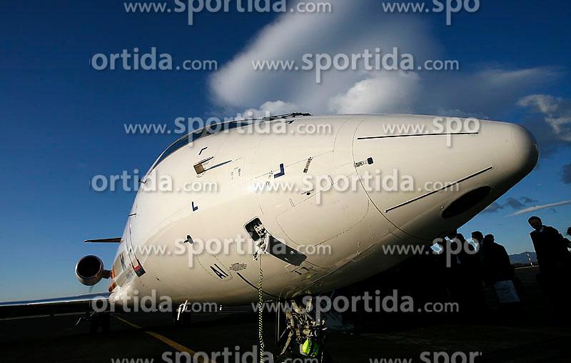 Letalo Adrie Airways na Brniku med vkrcavanjem potnikov, Slovenija.