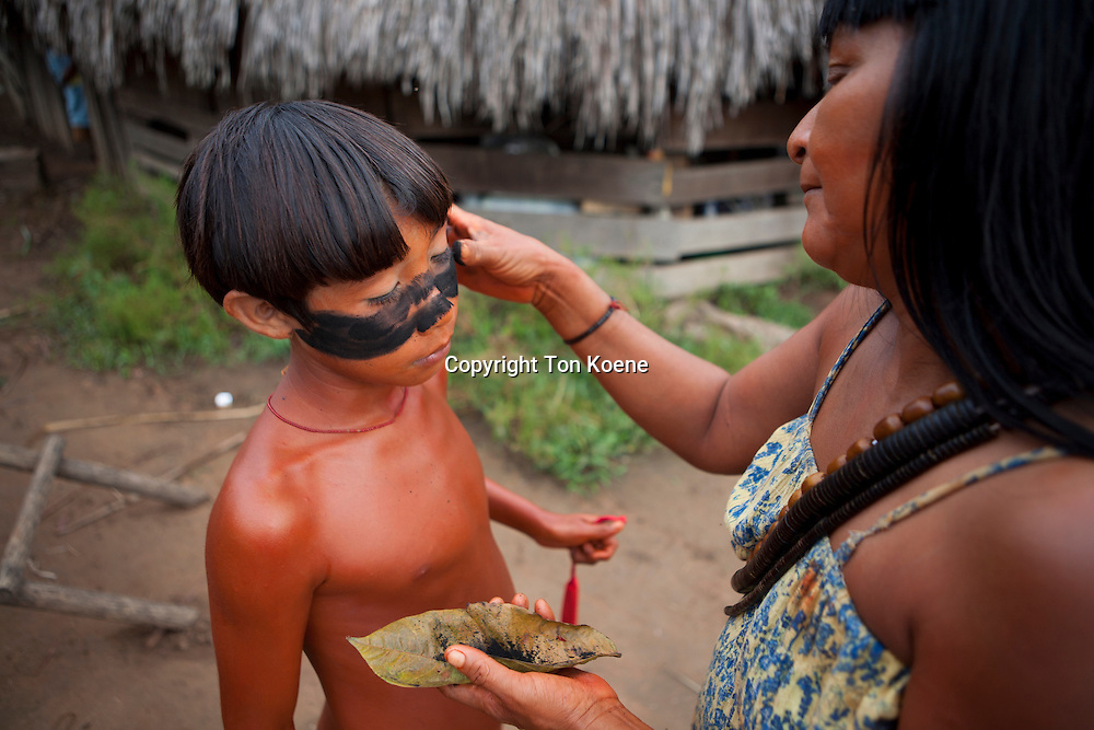 Xingu indians paint their body, Amazone, Brazil