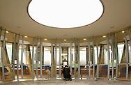 Deutschland, DEU, Berlin, 2002: Erster Kontakt eines Besuchers mit einem Hund des Tierheims im runden Hundehaus. Das Berliner Tierheim ist das groesste und modernste auf der Welt. | Germany, DEU, Berlin, 2002: First contact between visitor and dog in the round dog house of the world's biggest and most modern animal shelter in Berlin. |