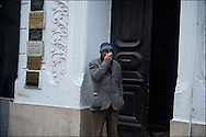Un Tunisois observe les affrontements qui opposent les manifestants et les forces de police à proximité de l'avenue Habib Bourguiba. // Des affrontements entre la police et les manifestants ont éclaté dans le centre de Tunis, notamment avenue Habib Bourguiba, faisant (selon Associated Press) 3 morts (prétendument par balle) et 12 blessés parmi les manifestants, Tunis le 26 février 2011.