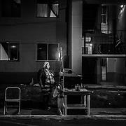 Fatima, 38 anni, ogni giorno prepara decine di pizzette che la sera vende nel cortile del condominio. In zona infatti non ci sono ristoranti e le persone spesso cenano in strada.