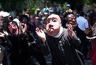 """""""Viejos de Agosto"""" bailan en el tradicional desfile del correo en San Salvador, El Salvador Domingo Agosto 01, 2010 en el inicio de las fiestas patronales en honor al Divino Salvador del Mundo. (APphoto/Edgar Romero)"""
