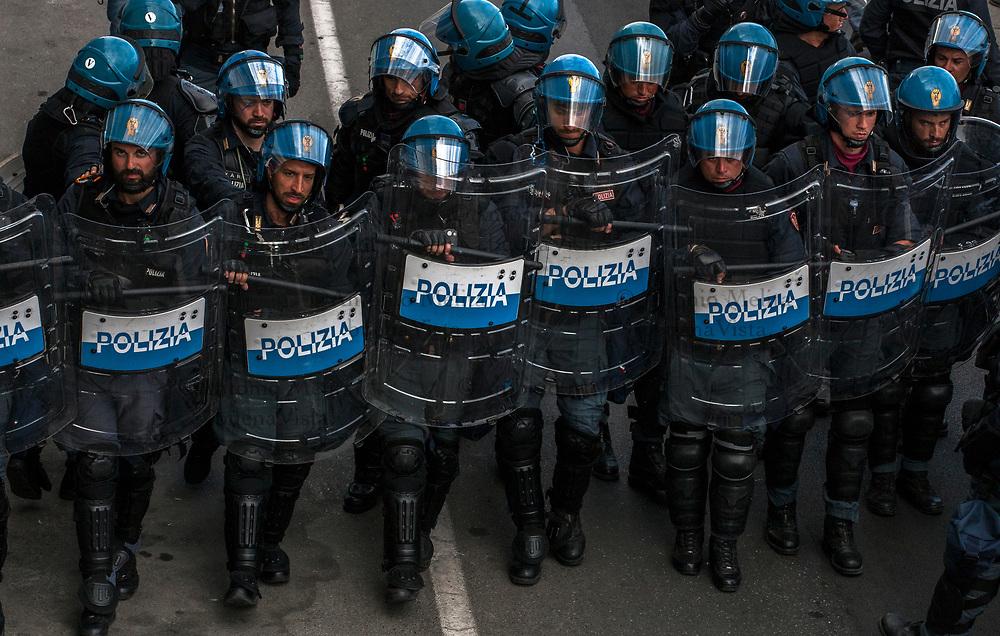 Numerosi agenti della Polizia hanno presidiato il lungomare di Giardini Naxos durante il corteo No G7.