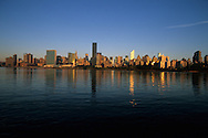 New York. midtown  Manhattan Skyline and east river view from  Long island city quays in the  Queens  New York, - United states / le panorama de Manhattan midtown cote east river vue depuis les nouveaux quais de Long island city, n  Manhattan, New York - Etats unis