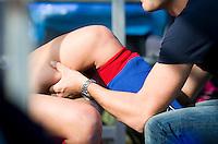BILTHOVEN - Blessure wordt behandeld door fysiotherapeut  zondag tijdens de hoofdklasse competitiewedstrijd tussen de vrouwen van SCHC en MOP (5-0). COPYRIGHT KOEN SUYK