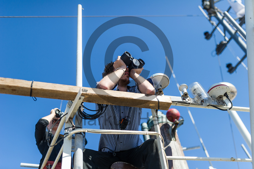 Der Elektriker Arne Kla&szlig; haelt am 22.09.2016 auf dem Fluechtlingsrettungsboot Sea-Watch 2 in internationalen Gewaessern vor der libyschen Kueste Ausschau nach Booten mit Fluechtlingen die von der ibyschen Kueste starten. Foto: Markus Heine / heineimaging<br /> <br /> ------------------------------<br /> <br /> Veroeffentlichung nur mit Fotografennennung, sowie gegen Honorar und Belegexemplar.<br /> <br /> Publication only with photographers nomination and against payment and specimen copy.<br /> <br /> Bankverbindung:<br /> IBAN: DE65660908000004437497<br /> BIC CODE: GENODE61BBB<br /> Badische Beamten Bank Karlsruhe<br /> <br /> USt-IdNr: DE291853306<br /> <br /> Please note:<br /> All rights reserved! Don't publish without copyright!<br /> <br /> Stand: 09.2016<br /> <br /> ------------------------------